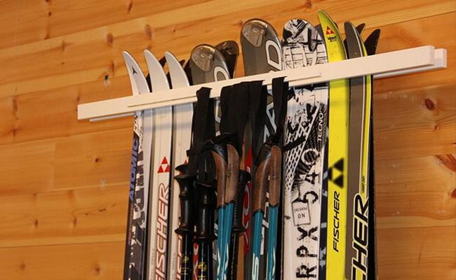 Feste ski på veggen